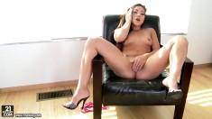Chica caliente en el sillón